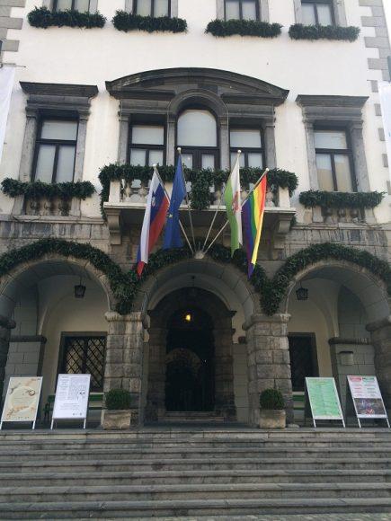 Mavrična zastava na Magistratu